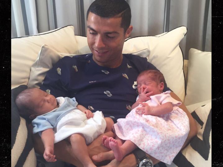 Криштиану Роналду впервые показал своих новорожеднных детей — ФОТО