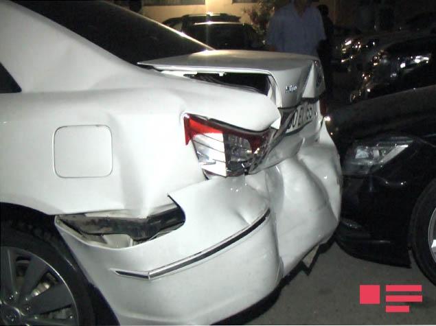 В Баку пьяный водитель помял 7 соседских машин
