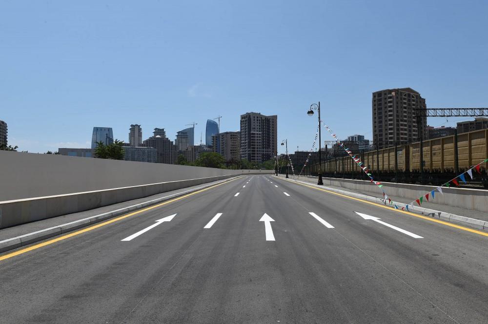 Президент Ильхам Алиев принял участие в открытии новой дороги в Баку