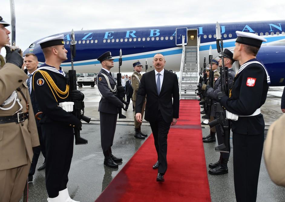 Президент Ильхам Алиев прибыл с официальным визитом в Польшу — ФОТО