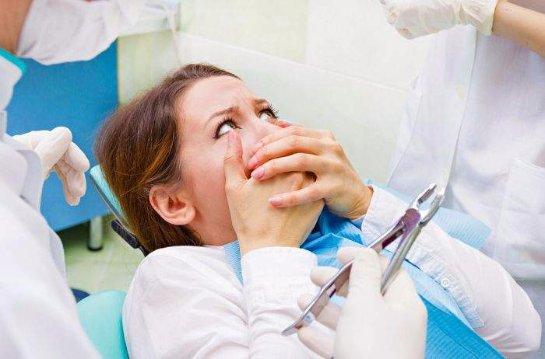 Стоматолог предупредила об опасности отбеливания зубов