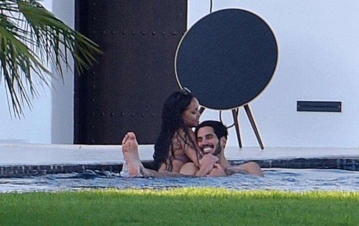 Рианну застали в бассейне во время страстных поцелуев с незнакомцем — ФОТО