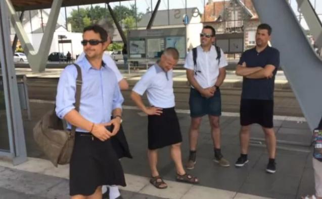 Водители автобусов пришли на работу в юбках в ответ на запрет носить шорты — ФОТО
