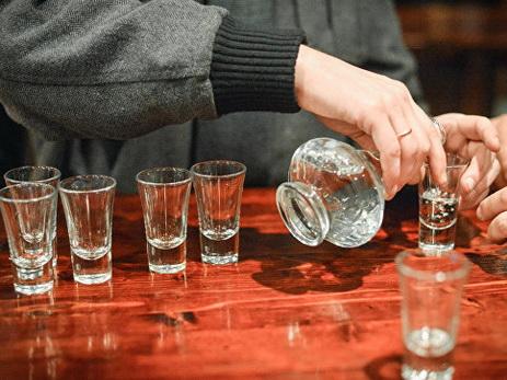 В США родителей девочки осудили за разрешение выпить на день рождения 17 рюмок водки