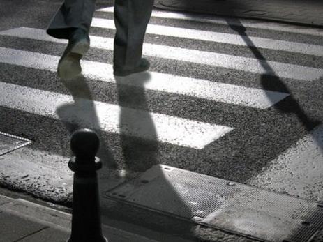 В Азербайджане пешехода спасли от смерти на «зебре», но завалили пятью тоннами свеклы