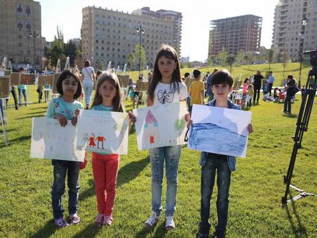 В парке Центра Гейдара Алиева прошел урок рисования для детей