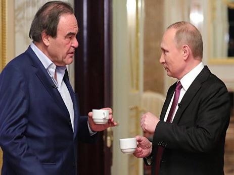 Стоун отметил, что в США есть тенденция критиковать Путина изначально