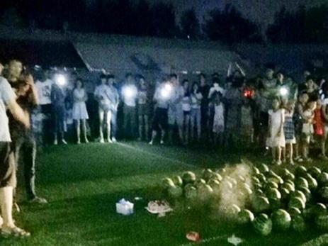 Китаец попытался вернуть девушку с помощью 99 арбузов и торта со свечками
