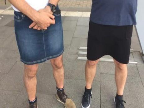 Водители автобусов пришли на работу в юбках в ответ на запрет носить шорты - ФОТО