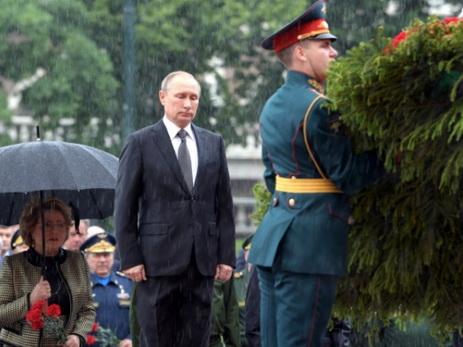 Путин отказался от зонта при возложении венка к Могиле Неизвестного Солдата — ВИДЕО