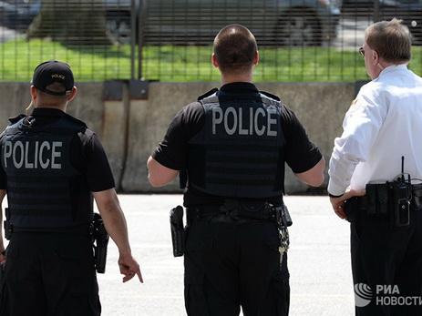 В США полицейский ранил чернокожего коллегу, приняв его за преступника