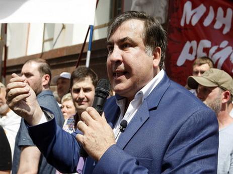 Саакашвили потребовал у Порошенко 50 евро за залитую зеленкой футболку — ФОТО