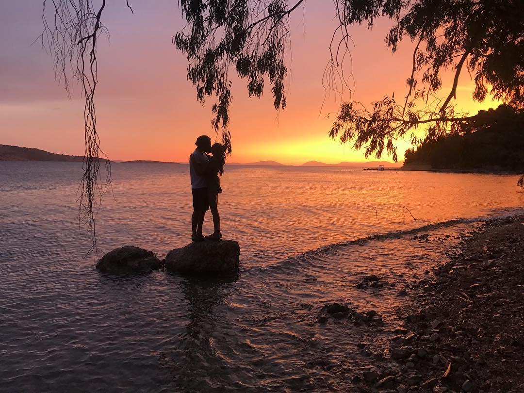 Снимок звезды сериала «Kara Sevda» Неслихан Атагюль, целующейся с супругом, стал Instagram-сенсацией в Турции – ФОТО