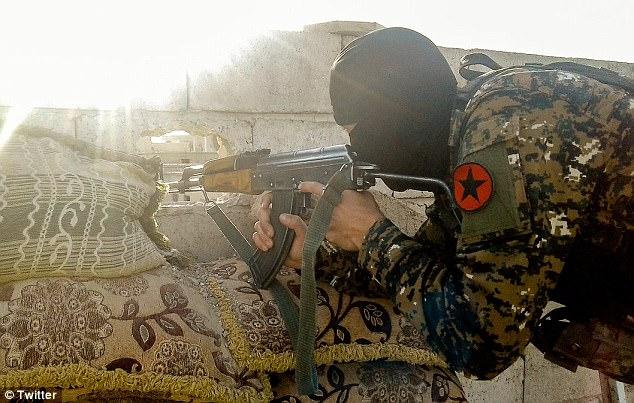 В борьбу с ИГИЛ вступил первый боевой отряд геев – ФОТО