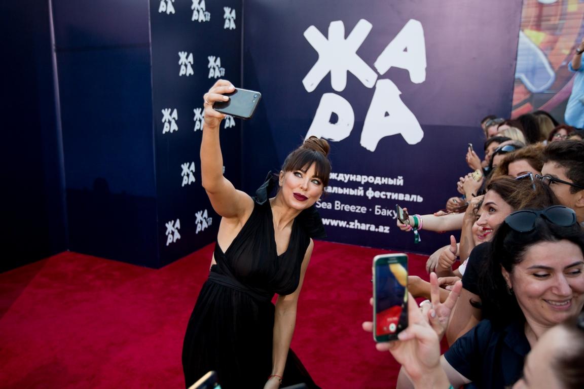 Звезды на красной дорожке церемонии закрытия международного фестиваля «Жара-2017» —  ФОТО — ВИДЕО