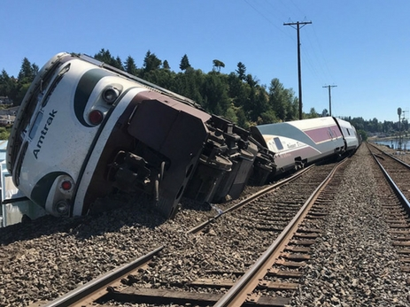 В США пассажирский поезд сошел с рельсов
