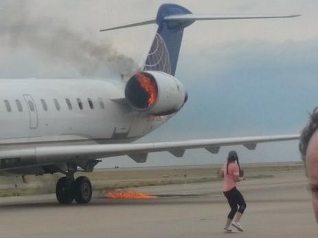 Пассажирский самолет приземлился в аэропорту Денвера с горящим двигателем — ФОТО
