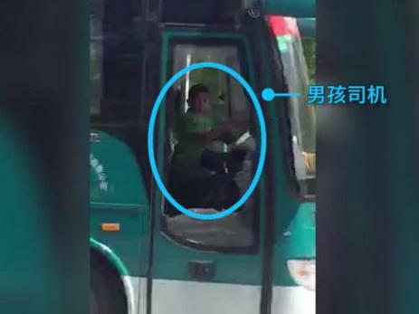 В Китае школьник угнал автобус и 40 минут катался по городу