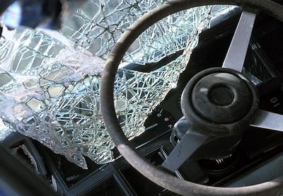 В Баку столкнулись легковой и грузовой автомобили, есть погибший