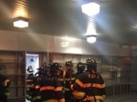 В Нью-Йорке поезд с сотней пассажиров сошёл с рельсов