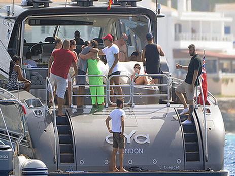 Вооруженные таможенники обыскали яхту Роналду