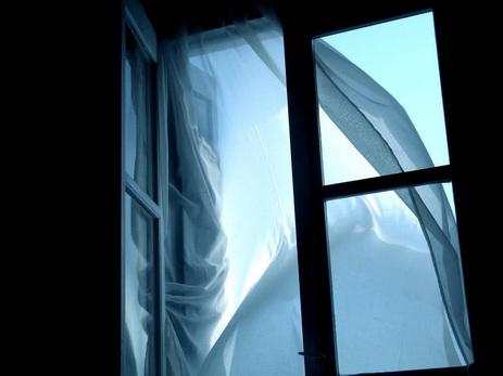 В Азербайджане приехавшая из Германии девушка бросилась с окна, узнав об обручении возлюбленного