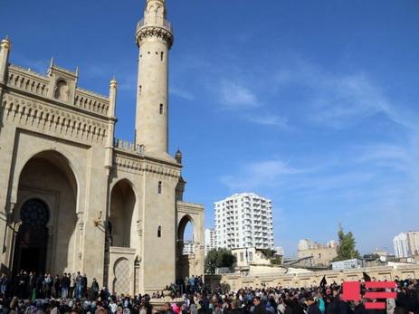 Двое мужчин ворвались в мечеть Тезепир с мечом и флагом в руках