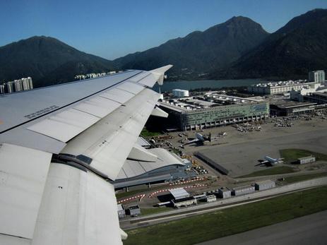 В аэропорту Гонконга задержали более 50 рейсов из-за шторма Roke