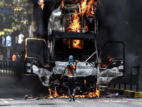 В Венесуэле сожгли бронетехнику и участок национальной гвардии