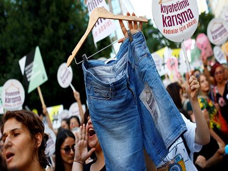 В Стамбуле женщины протестуют против требований носить традиционную одежду