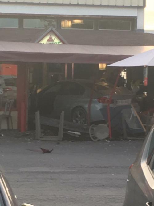 В пригороде Парижа автомобиль протаранил пиццерию, один человек погиб