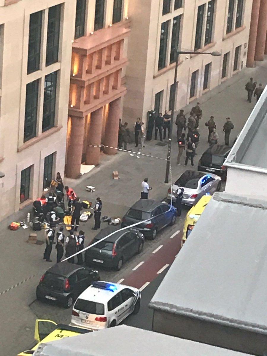 В Брюсселе вооруженный мачете мужчина напал на военный патруль