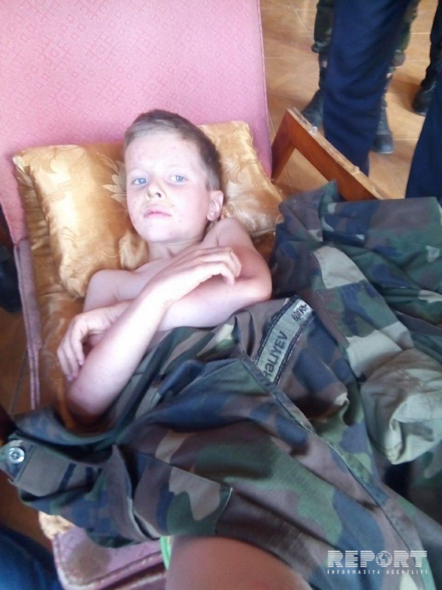 Эмоциональная встреча: Как спасенного в Губе мальчика передавали родителям – ФОТО – ВИДЕО – ОБНОВЛЕНО