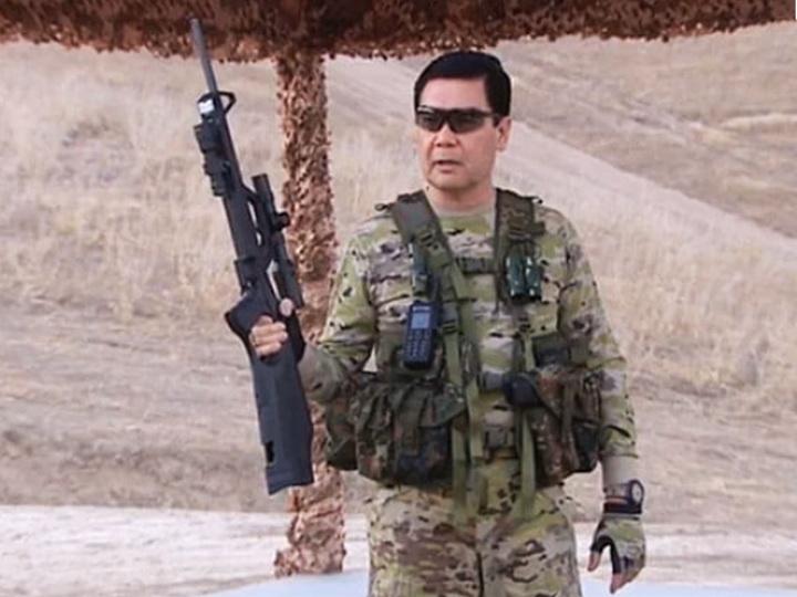 Президент Туркменистана продемонстрировал навыки стрельбы и метания ножей – ВИДЕО
