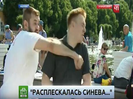 В Москве пьяный мужчина напал на репортера в прямом эфире – ВИДЕО