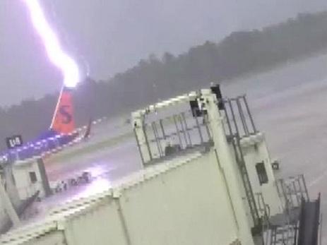 Момент удара молнии в сотрудника американского аэропорта попал на видео – ВИДЕО