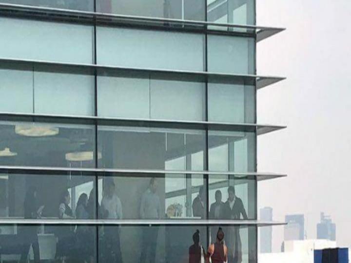 Россиянин забрался на крышу офисного здания в Мехико без страховки - ВИДЕО