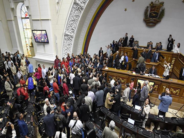 Венесуэльский парламент созывает чрезвычайную сессию