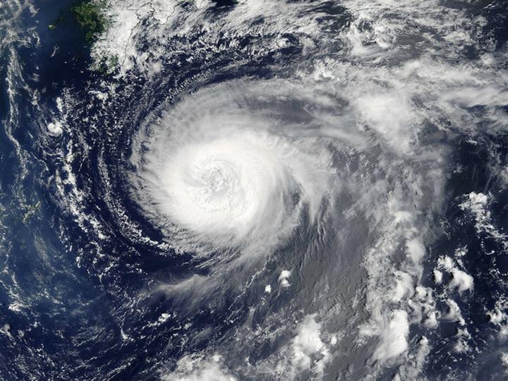 В Японии 11 тысяч семей остались без электричества из-за сильного тайфуна