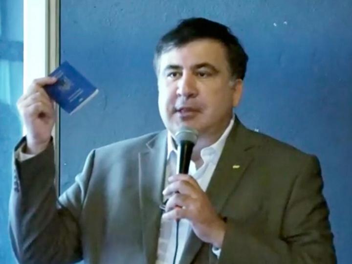 Саакашвили показал используемый для путешествия по миру украинский паспорт - ВИДЕО