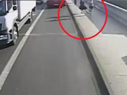 В Лондоне задержали бегуна, толкнувшего женщину под автобус - ФОТО - ВИДЕО