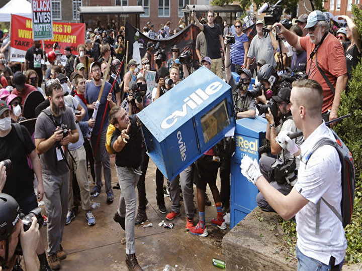 В Виргинии автомобиль врезался в толпу демонстрантов — ВИДЕО