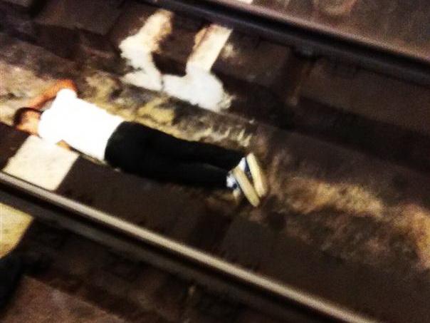 В Баку незрячий пассажир упал с платформы метро — ФОТО