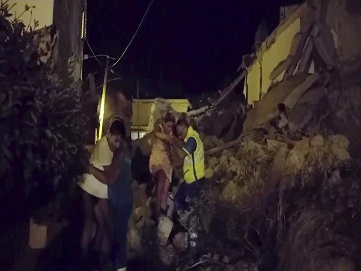 На острове Искья трех детей спасли из-под обломков разрушенного дома