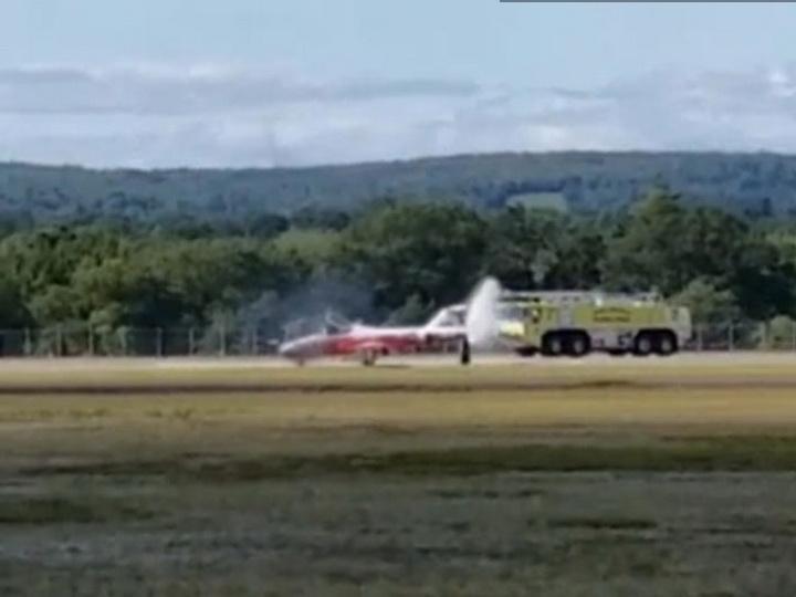 Самолёт пилотажной группы Snowbirds загорелся во время авиашоу в Канаде - ВИДЕО