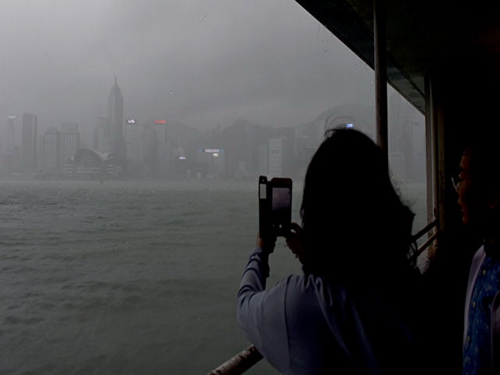 Тайфун «Пакхар» в Гонконге унес жизнь одного человека