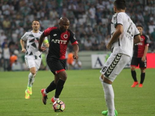 Футболиста, которого сватают в «Карабах», удалили в матче с «Фенербахче»