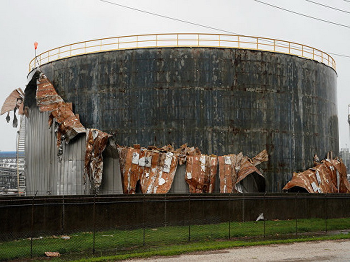 В Техасе из-за урагана «Харви» в двух хранилищах произошли утечки нефти