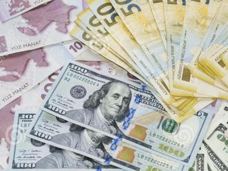 Средневзвешенный курс маната снизился к доллару США