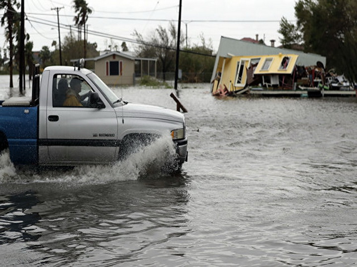 Charlie Hebdo опубликовал карикатуру о потопе в Техасе — ФОТО
